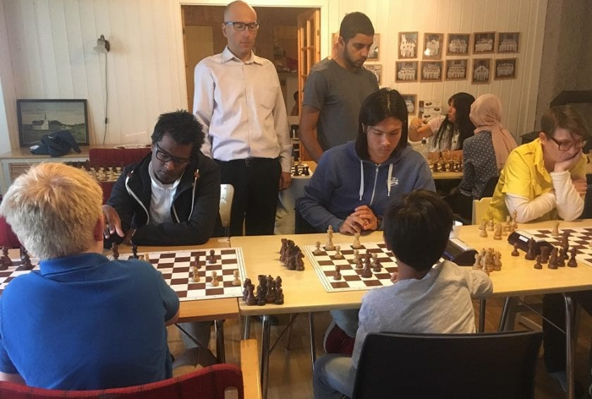 Store og små møtes ved sjakkbrettet - Hell Sjakklubb.