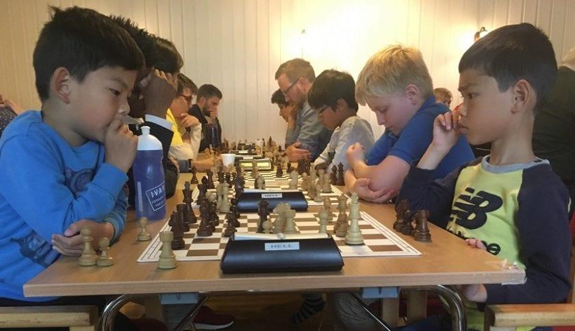 Jiahao Eric Ji og lillebror Jiabao Eivind Ji i sjakkduell - Hell Sjakklubb.
