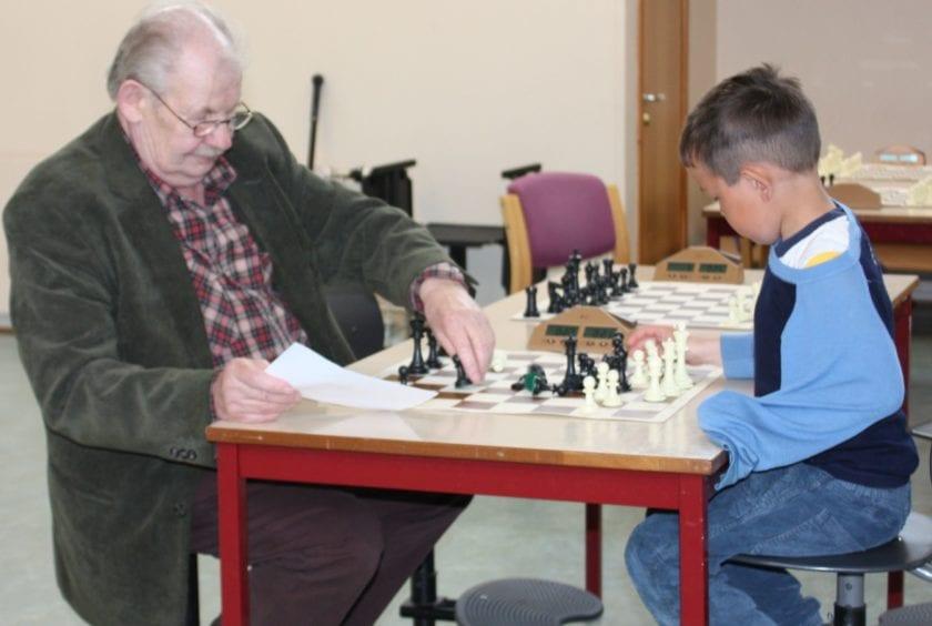 Seniorspiller Kåre Hugså mot yngste spiller i Hell Sjakklubb Ian Dahl.