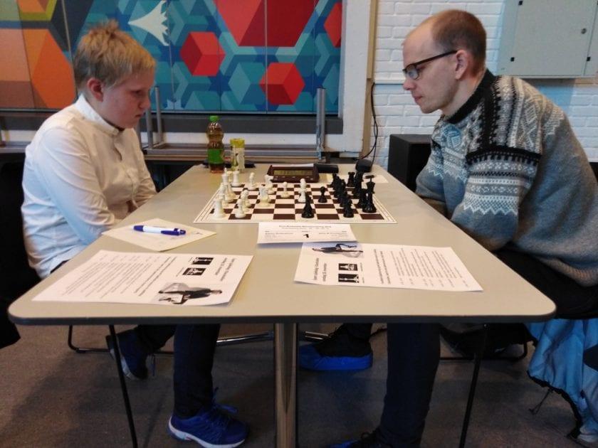 Juniorspiller i Hell Sjakklubb mot spiller som fikk mye skryt av GM Simen Agdestein som juniorspiller.