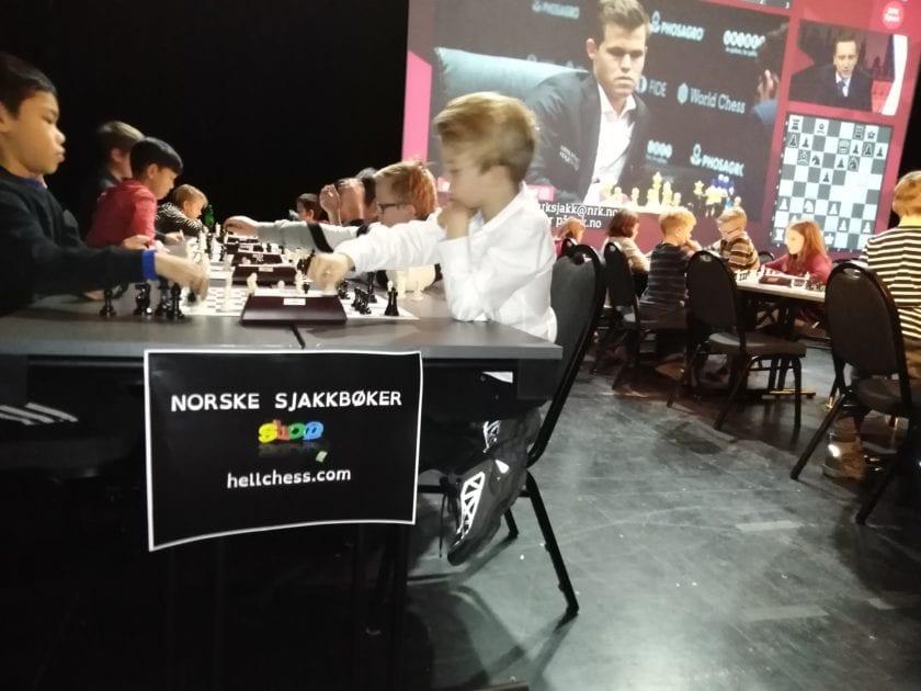 Barnesjakk med Magnus Carlsen på storskjerm