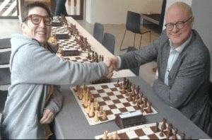 Forfatterne Kristin Ribe og Åsmund Forfang i sjakkduell.