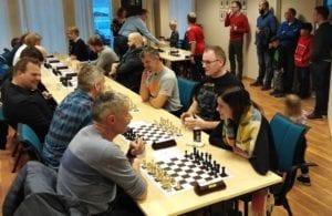 Nina Hagesæther med svarte brikker til høyre i bildet.