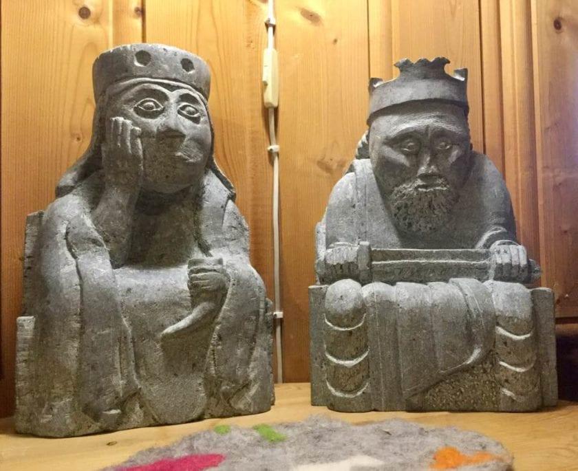 Skulpturer av Lewisbrikkene.
