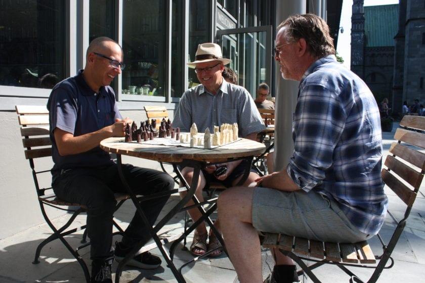 GM Mihajlo Stojanovici, forsker Øystein Ekroll og gateprest Odd Halvor Moen ved Kafe` To Tårn i forbindelse med Hell Chess International 2019.