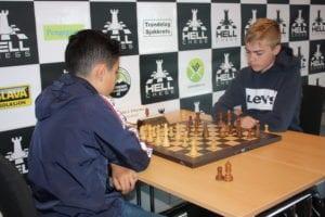 To juniorspille fra Hell Sjakklubb, Shadi Sian med hvite brikker mot Alexander Øye-Strømberg. Hell Chess International 2019.